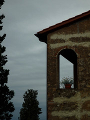 scenografia rurale (sharkoman) Tags: finestra cielo vaso pianta