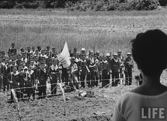 7-1962 Mrs. Dinh Nhu Ngo watching soldiers in Tan Hung Hamlet. par VIETNAM History in Pictures (1962-1963)