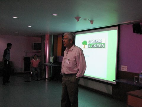 Sandeep making the Clean and Green presentation to Sun volunteers 250408