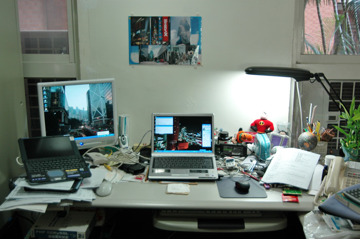 另一張辦公桌的SRX(螢幕已壞時)與S56