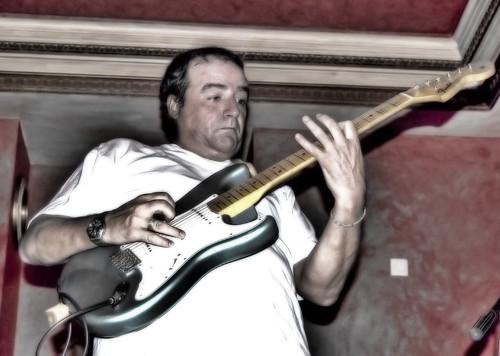 Exprimiendo la guitarra by Jomablanco