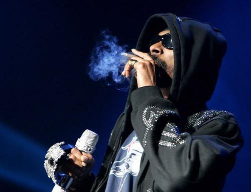 snoop dogg smoking on stage