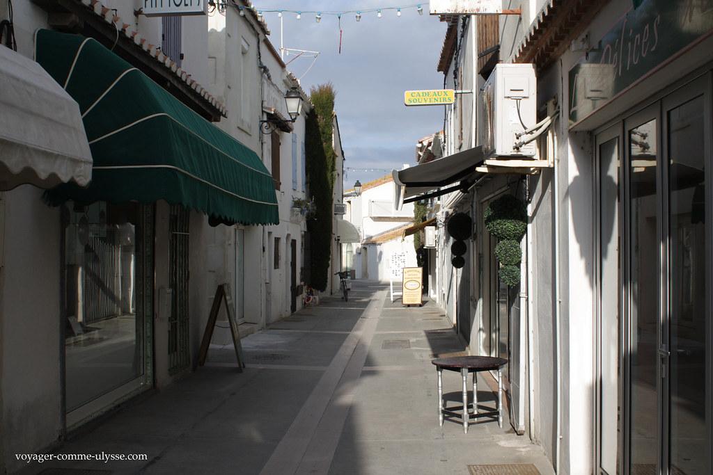 Rua estreita do centro da aldeia