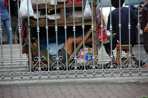 sleeping under push cart kariton street Basilica Minore del Santo Nino Pinoy Filipino Pilipino Buhay  people pictures photos life Philippinen  菲律宾  菲律賓  필리핀(공화국) Philippines