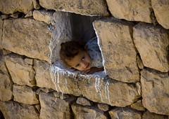 Young girl showing up at the window - Yemen (Eric Lafforgue) Tags: wall stones explore arabia yemen arabian ramadan yemeni 6199 lafforgue arabiafelix  arabieheureuse