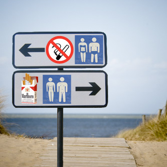 rookvrij strand met kleren links, roken toegelaten voor nudisten strand rechts