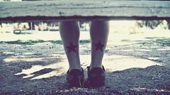 carola`s stars (aN ACciDenT) Tags: verde mujer foto negro banco pasto estrellas verano carolina tarde diversin cesped zapatillas piernas placita marineras