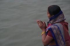 ガンジス河で沐浴する女性