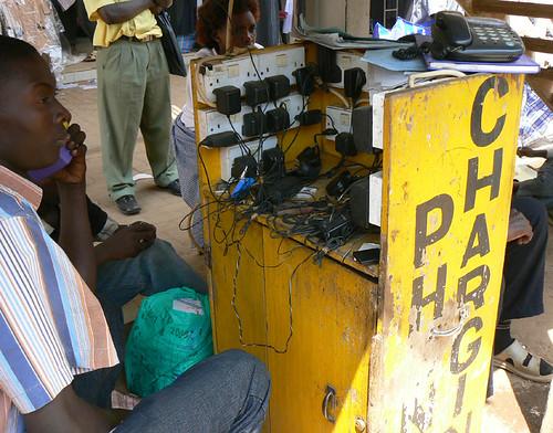 Stazione di ricarica telefoni in Uganda, 2008, di Ken Banks -kiwanja.net