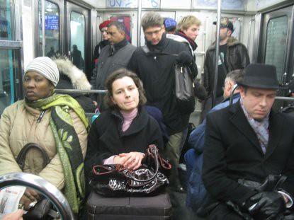 9a09 Ru Montmartre metro nocturnos varios001 Escena de grupo en el Metro
