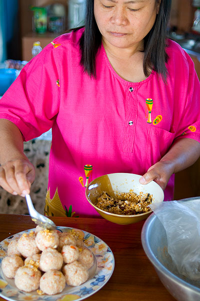 Phii Laa making khao som, a local dish of rice flavoured with tamarind and tomato, Mae Hong Son