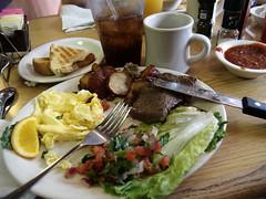 Bøf med røræg, salat, kartofler, toast, cola og kaffe