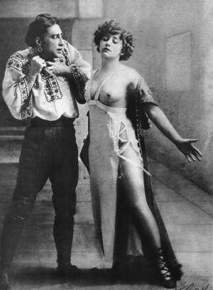 Colette se montrant à demie-nue au côté de Georges Wague sur la scène du Moulin-Rouge en 1908 dans La Chair  scandale