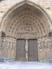 "Leon Cathedral Door • <a style=""font-size:0.8em;"" href=""http://www.flickr.com/photos/48277923@N00/2622184971/"" target=""_blank"">View on Flickr</a>"