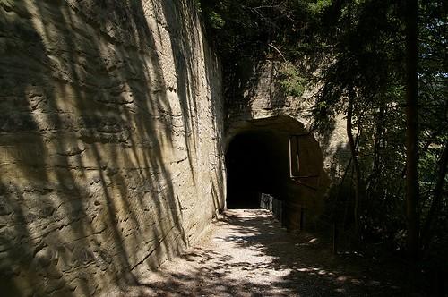 還有小山洞