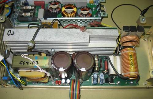 Imagen de los transformadores de salida y los condensadores de filtrado de las fuentes primarias.
