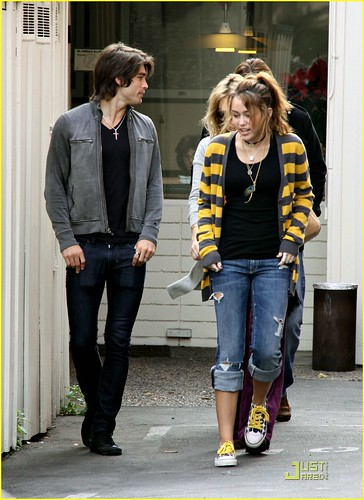 miley-cyrus-family-paty-lunch-01
