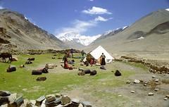Our campground at Rongbuk (reurinkjan) Tags: 2002 nature nikon tibet everest rongbuk tingri chomolungma jomolangma ཇོ་མོ་གླང་མ janreurink rongphuchu བོད། བོད་ལྗོངས།