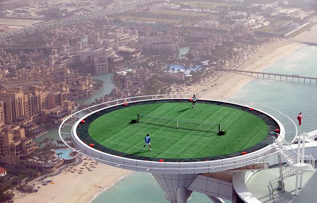 André Agassi Roger Federer jugando en el hotel Burj Al Arab