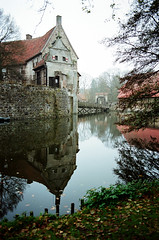 Lüdinghausen (Peter Gutierrez) Tags: photo europe european germany german deutschland deutsch west coesfeld north rhinewestphalia nordrheinwestfalen lüdinghausen burg vischering medieval castle courtyard stone walls wall bridge moat building halftimbered houses old peter gutierrez petergutierrez film photograph photography