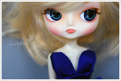 messy hair and the right attitude... (r e n a t a) Tags: blue red macro cute azul canon doll dal vermelho plastic kawaii blonde boneca loira plstico angryface frara junplanning sluttylook capadenova