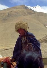 Herdsman askin the latest news in Tibet (reurinkjan) Tags: 2002 nikon tibet everest rongbuk herdsman tingri jomolangma janreurink rongphuchu phyugsrdzi བོད། བོད་ལྗོངས།