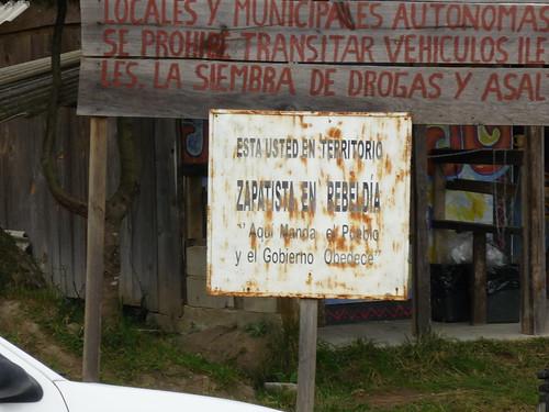 """En Chiapas: """"Aquí manda el pueblo, y el gobierno obedece"""" (Fuente: http://farm4.static.flickr.com/3261/3218898686_196e089a98.jpg)"""