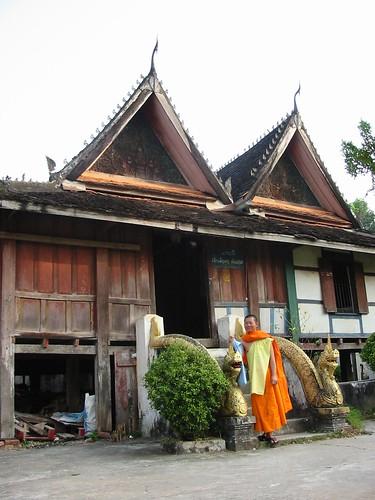 Fiere monnik voor zijn honderd jaar oude logement