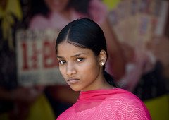 Beautiful girl in India (Eric Lafforgue) Tags: pink woman india girl female democracy serious femme indie indi fille indien hind indi inde southindia hodu southasia indland  hindistan indija   ndia hindustan  3491  lafforgue   ericlafforgue hindia  bhrat  indhiya bhratavarsha bhratadesha bharatadeshamu bhrrowtbaurshow  hndkastan