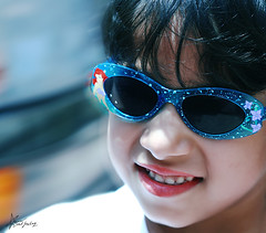 "164\365  Summer smile (""Anwaar) Tags: summer girl sunglasses canon kid pretty day sad little 164 feeling kuwait q8 dema sadfeeling 400d goldstaraward"