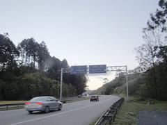 [Rodovia Dom Pedro I-SP 65] Brazil (Andre Kenji) Tags: road brazil brasil ruta carretera route estrada autopista carros represa caminho rodovia nazarpaulista estadodesoaulo