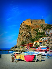 Colori di Scilla a fine estate (Marco_Fontana) Tags: blue sea italy geotagged lumix barca italia mare case panasonic di scilla colori castello vignette calabria spiaggia rocca messina reggio vignetta stretto fz7 laghee colorphotoaward aplusphoto lumixaward geo:lat=38254088 geo:lon=15713754