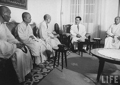 President NgoDinh Diem (2R) talking with a delegation of Buddhist monks from the Union Committee for the Defense of Pure Buddhism at Gia Long Palace. 9-1963 par VIETNAM History in Pictures (1962-1963)