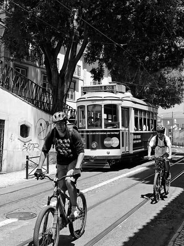 Tranvía y ciclistas