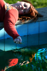 Seeing life in COLORS (erregiro) Tags: light portrait sun reflection luz water countryside colorful swimmingpool campo pelirroja solor jæja redhaired