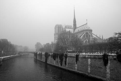 Cathédrale Notre dame, vue de derrière, sous la neige, Paris, France
