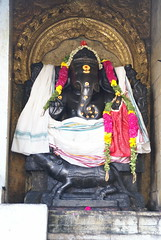 Indien: Kumbakonam (patrikmloeff) Tags: world travel india holiday ganesha reisen holidays asia asien earth indian sony traveling monde ratte hinduism ferien indien vinayaka ganapati basalt reise inde welt erde gott weisheit kumbakonam schutz indisch hinduismus kaufleute blackbasalt sony100 elefantenkopf godganesha vighnesha herrderscharen gebieterderscharen entfernerderhindernisse herrderhindernisse intellligenz gottganesha schwarzerbasalt reittierratte