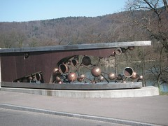 Kunstwerk auf der Schweizer Seite der Brücke bei Laufenburg