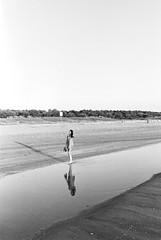 (Daniele Rebecchi) Tags: shadow sea girl analog zeiss 35mm t morninglight blackwhite nikon kodak tmax scan negative 400 f2 distagon fe2 zf 7300 plustek opticfilm