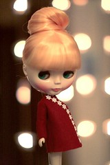 Pose (F l e u r) Tags: flowers light red cute home doll bokeh handmade coat knot blythe selfmade cousinolivia hairknotblythedollcutecousin oliviaselfmadehandmadecoatredhair