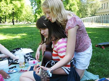 Jag och Elin spelar gitarr