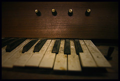 Le vieux pianal (B N C T O N Y) Tags: piano note instrument groupe musique guitare touches orgue synth virela1 labandon bnctony