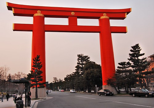 Size of the giant torii compare with cars and people