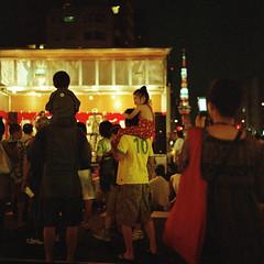 Mita carnival. (F_blue) Tags: night tokyo kodak hasselblad tokyotower minatoku  500cm portra800  planart c8028  fblue2008