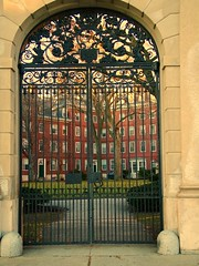 At the gate to Eliot House, Harvard College -  la porte d'Eliot House (eileansiar - l'arbre qui pleure) Tags: door cambridge summer urban usa college stone america campus geotagged puerto outside us puerta gate iron university arch massachusetts harvard edificio streetphotography newengland streetscene colegio american universidad harvardsquare porte mass harvarduniversity dormitory geotag eliot btiment dormitorio estadosunidos 02138 etatsunis baystate eliothouse dortoir lamerique harvardcollege summer08 eileansiar