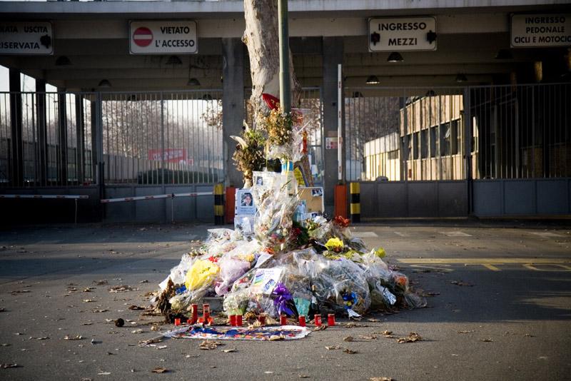 Fiori per i morti sul lavoro davanti alla sede torinese della Thyssen-Krupp