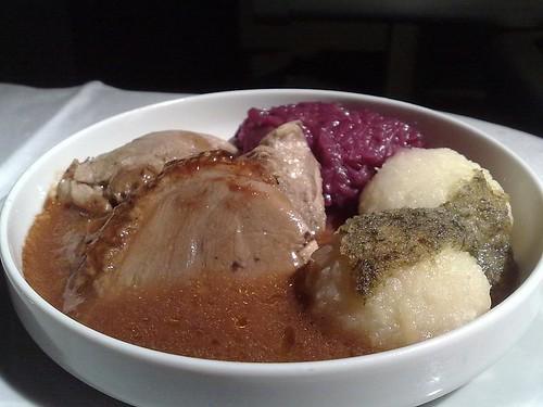 Gänsebraten mit Rotkohl, Kartoffelklößen, und Kräuterschmelze