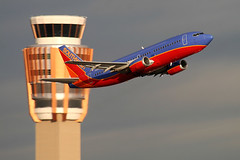 Southwest Airlines 737, PHX Sky Harbor International Airport (Joe_Copalman) Tags: arizona sunlight southwest clouds aviation jets moo boeing 737 southwestairlines phx skyharbor commercialaviation towercrossing