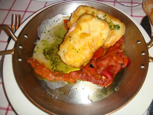 Merluza frita con pimientos rojos