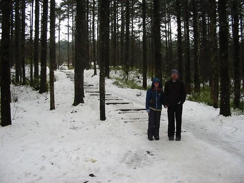 Schuifelend maar niet fluitend naar beneden op de ijssneeuw
